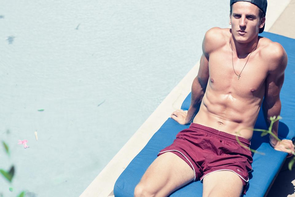 Homme bronzage soleil piscine