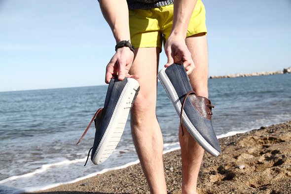 martine-plage-tape-ses-chaussures