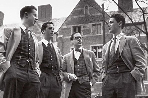 Des jeunes garçons devant leur fac durant les années 50