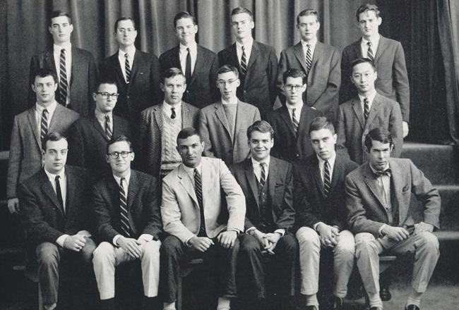 Les étudiants américains portent tous ce que l'on appelle une Repp tie, dont les rayures vont vers la droite pour les distinguer des européens