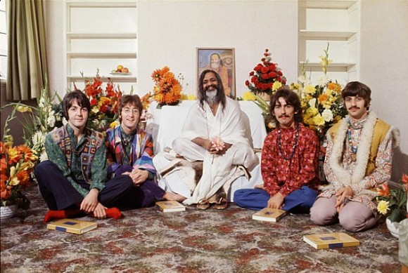 Les Beatles pendant une de leur scéance de méditation (1967)
