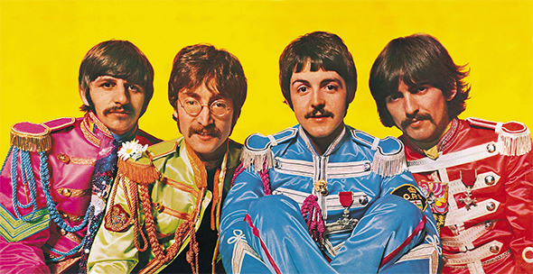 Les Beatles en costume pour la pochette de leur album Sgt. Pepper's Lonely Hearts Club Band (1967)