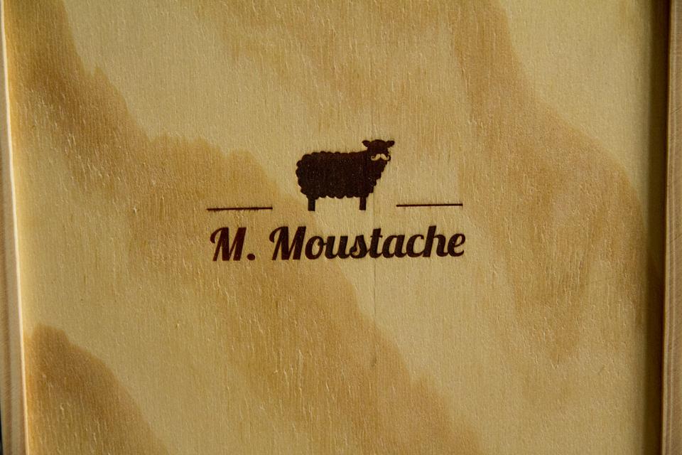 logo moustache
