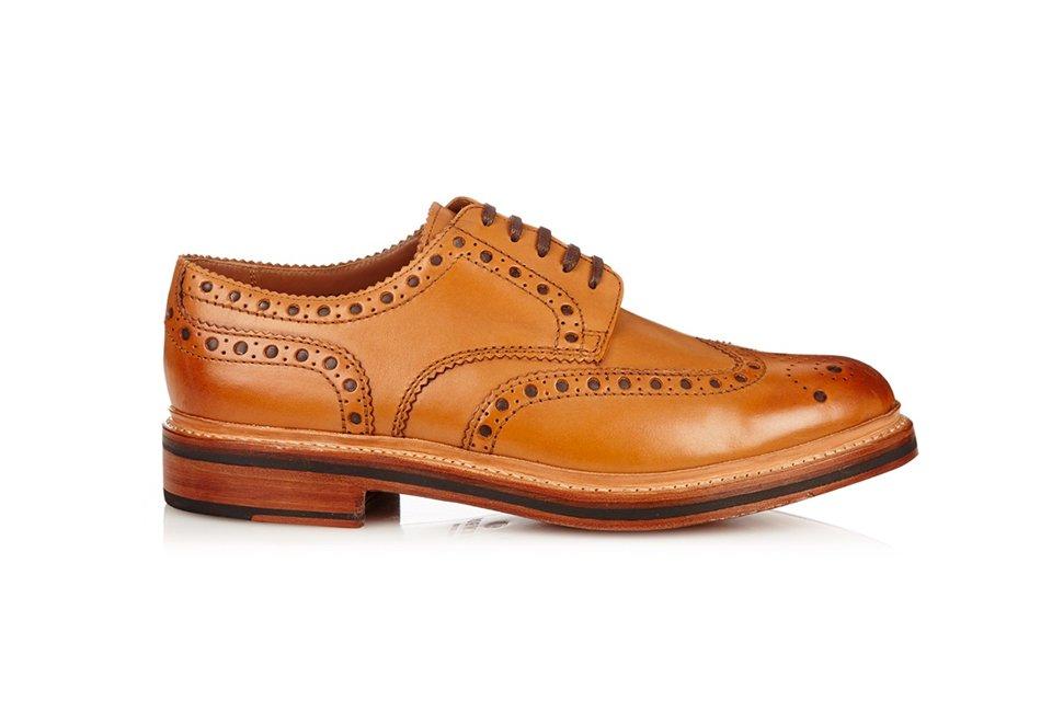 7bd12e500f2 Modèle de chez Grenson. Les brogues sont des chaussures décorées de  perforations. Ces chaussures basses sont habituellement dans des tons  marron et elles ...
