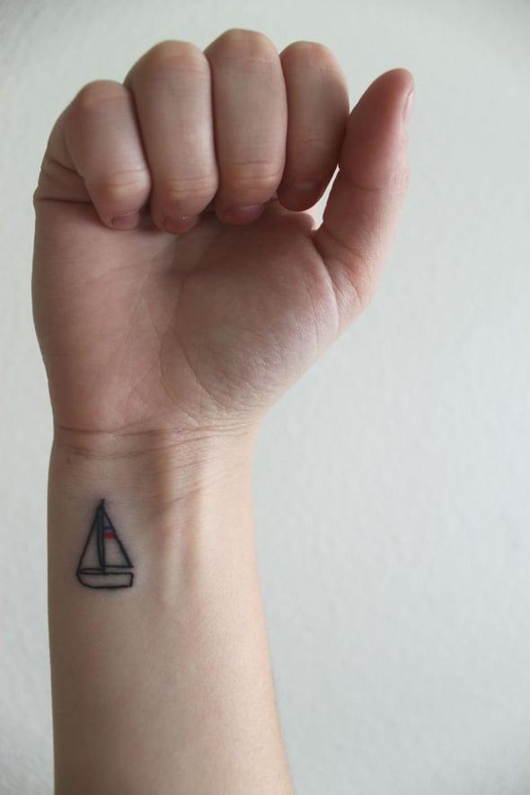 tatouage-discret-poignet-bateau
