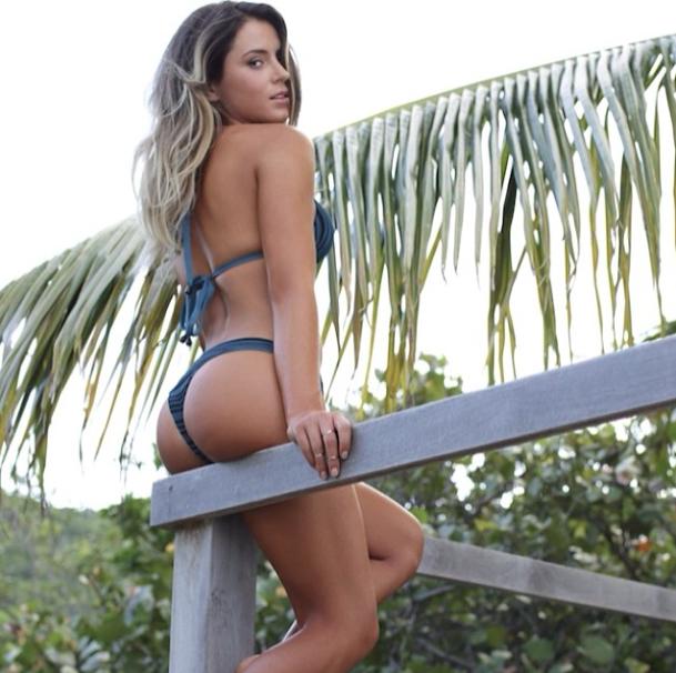 Anastasia Ashley assise regard sexy