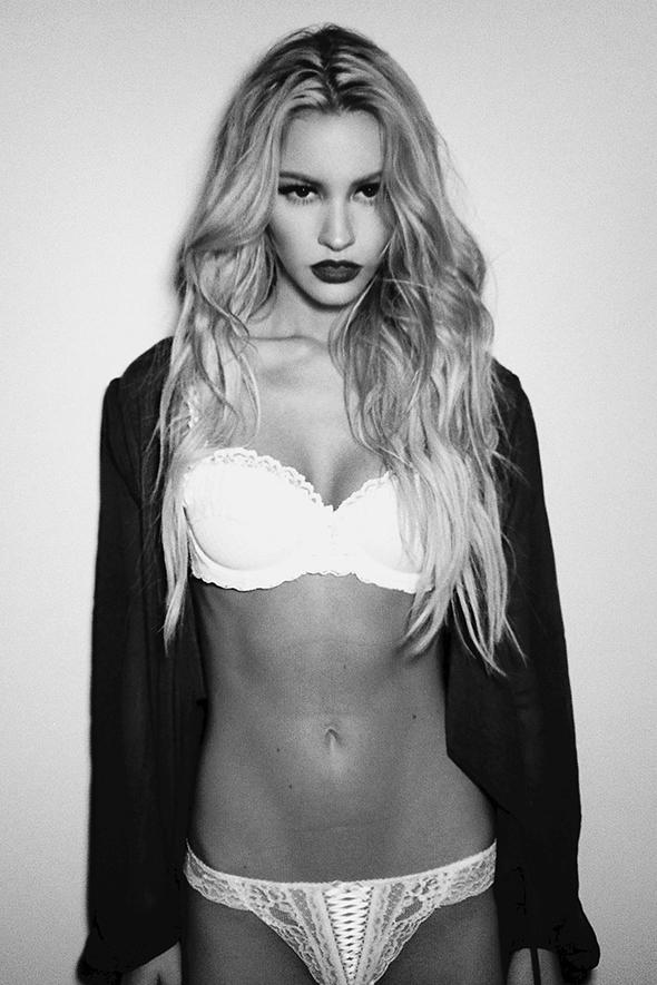 Bryana Holly noir et blanc