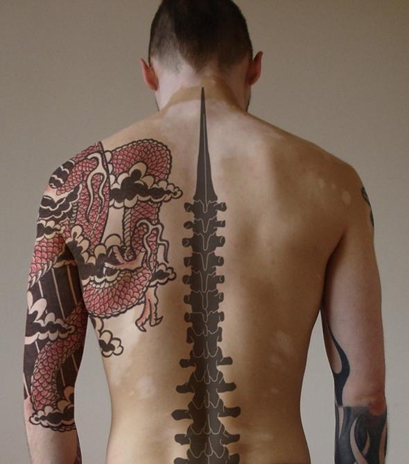 tatouage dos homme colonne vertébrale
