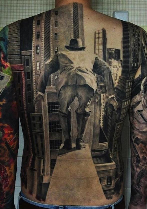 tatouage dos homme réaliste