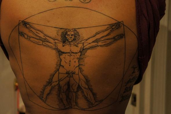 tatouage dos homme vitruve michel ange
