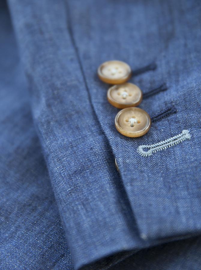 Véritable boutonnière avec couture contrastante au dernier bouton