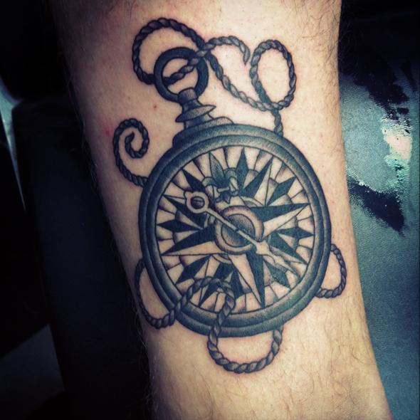 tatouage marin boussole