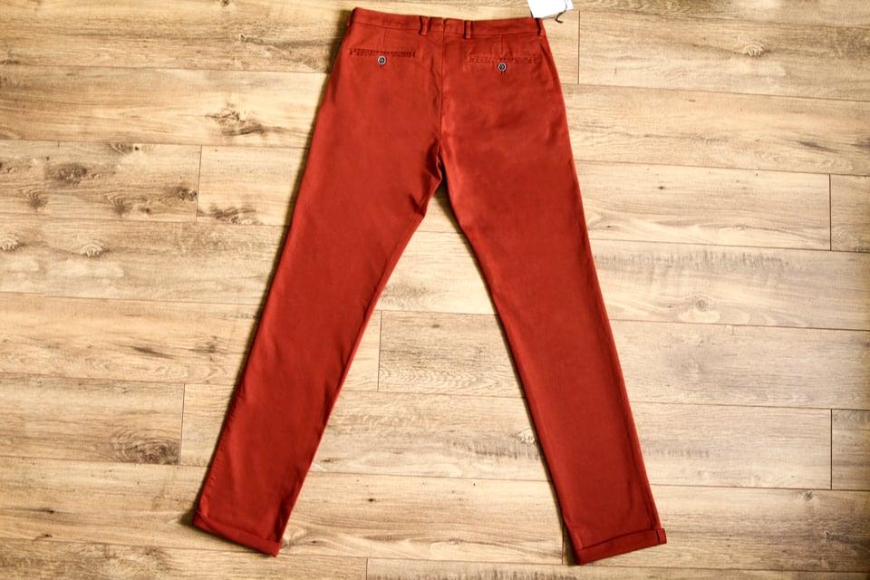 le-pantalon-chino-homme-rouille-dos