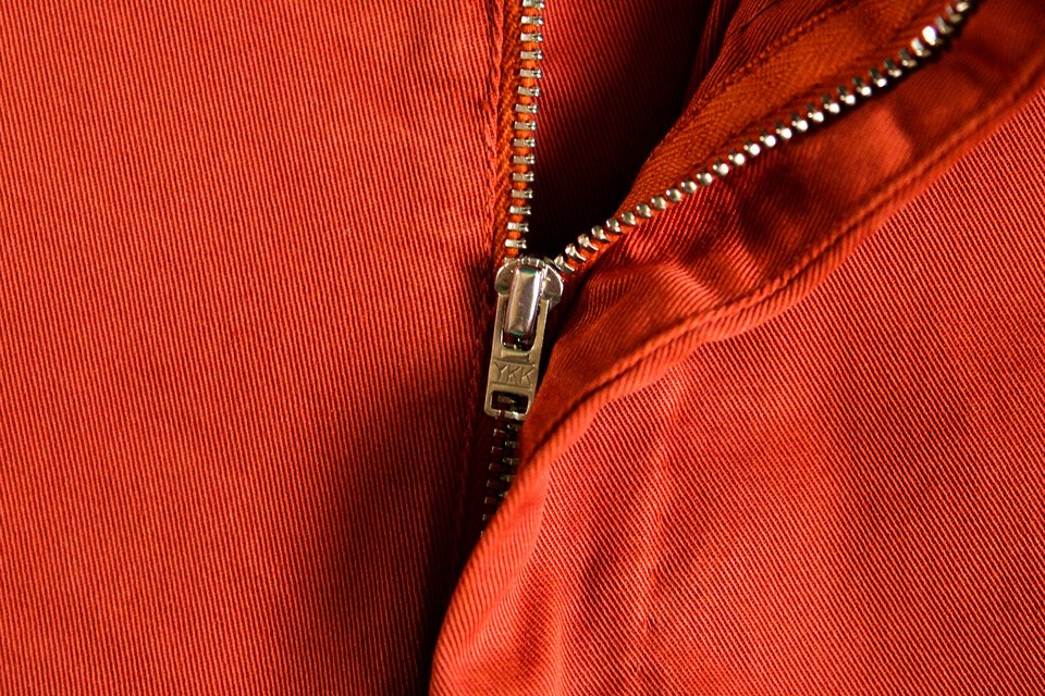 le-pantalon-chino-rouille-zip-ykk