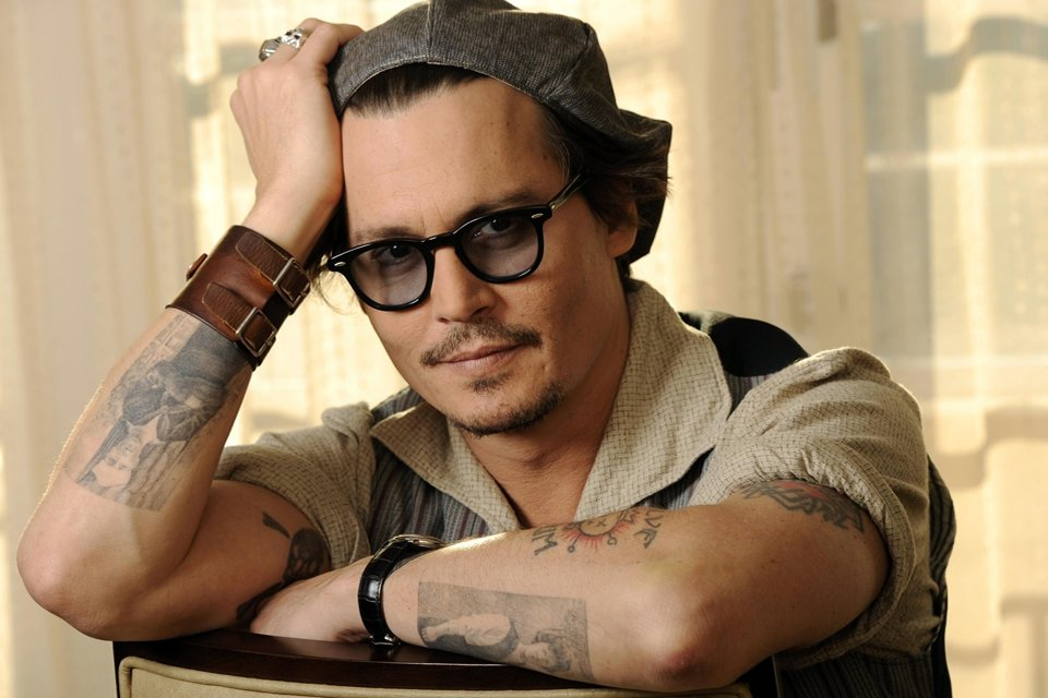 icone-de-style-johnny-depp-glasses-tattoo