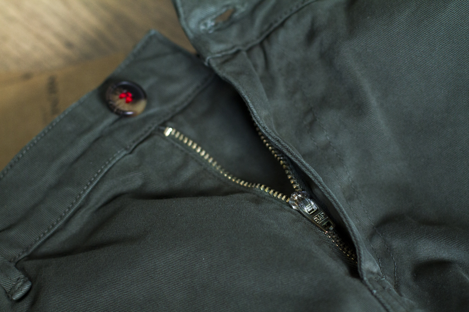 zip chino menlook label