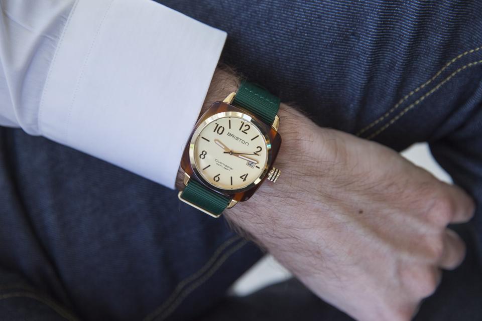 hms-champagne-bracelet-vert-chemise-blanche