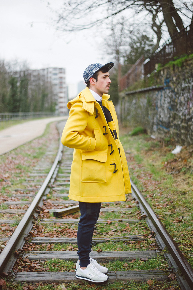 look cuc duffle coat jaune vicomte a jogpant nike sneakers casquette vans
