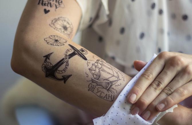 Ancre tatouée sur le bras