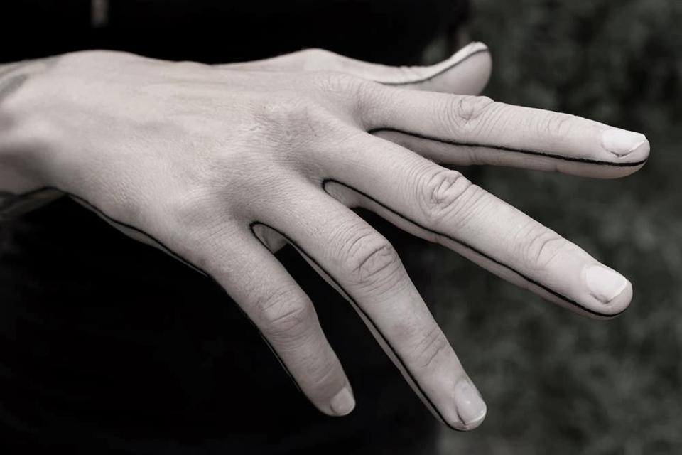 tatouage-minimaliste-doigt-main-trait