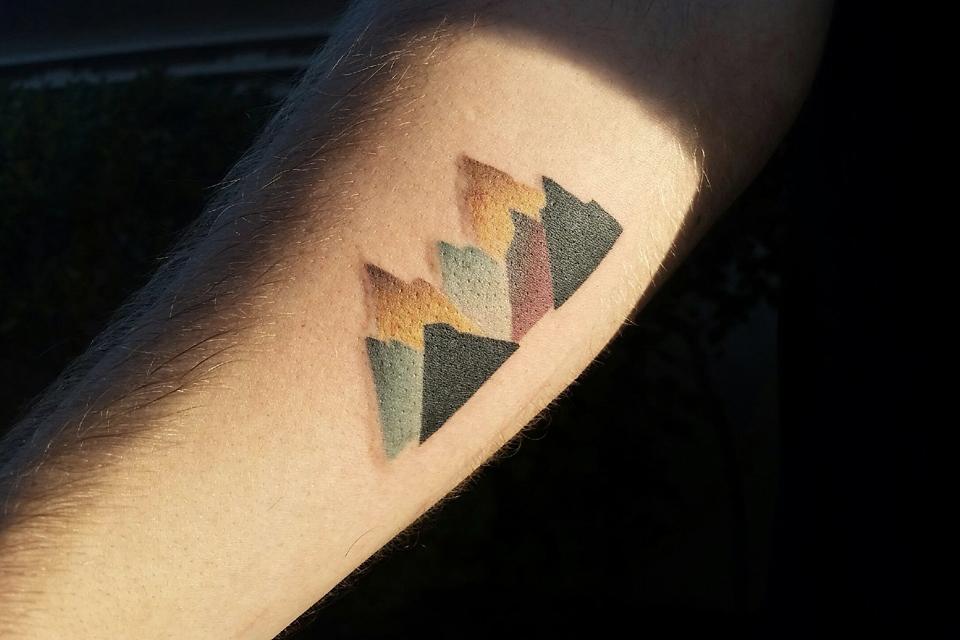 tatouage-minimaliste-montagne-color-bloc