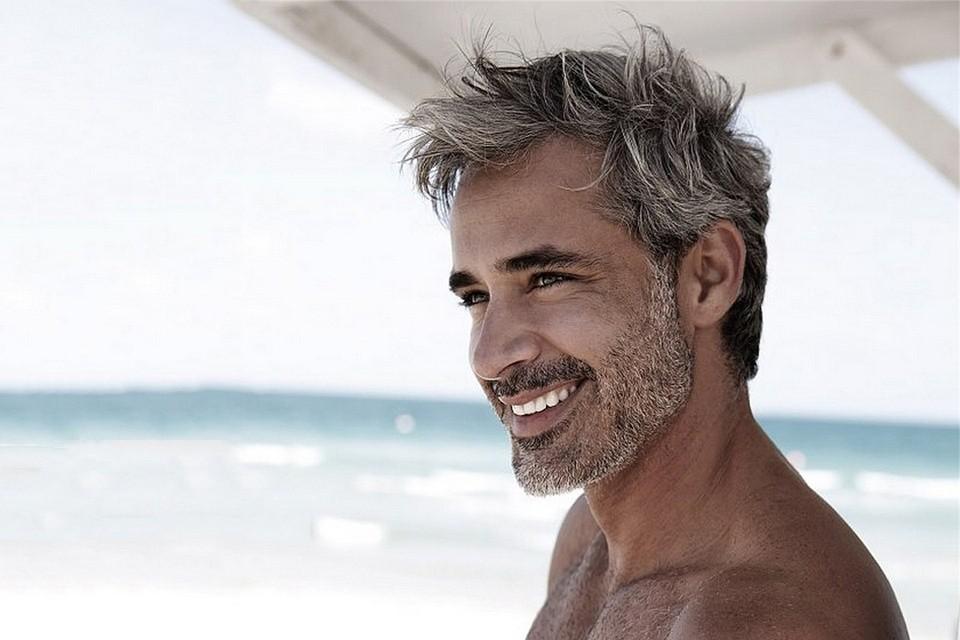 Coiffure homme cheveux court gris