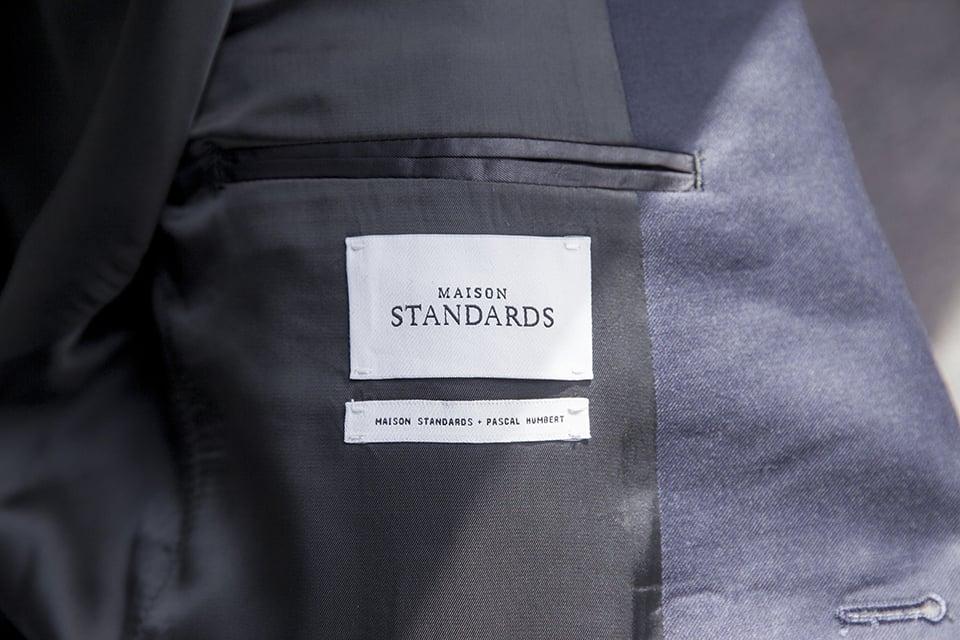 Costume Maison Standards Etiquette gros plan