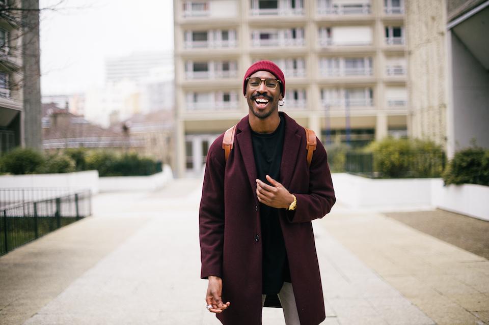 look homme bonnet sac veste rouge