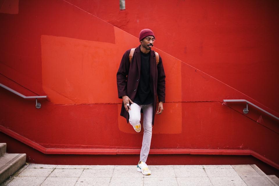 look homme manteau long sneakers
