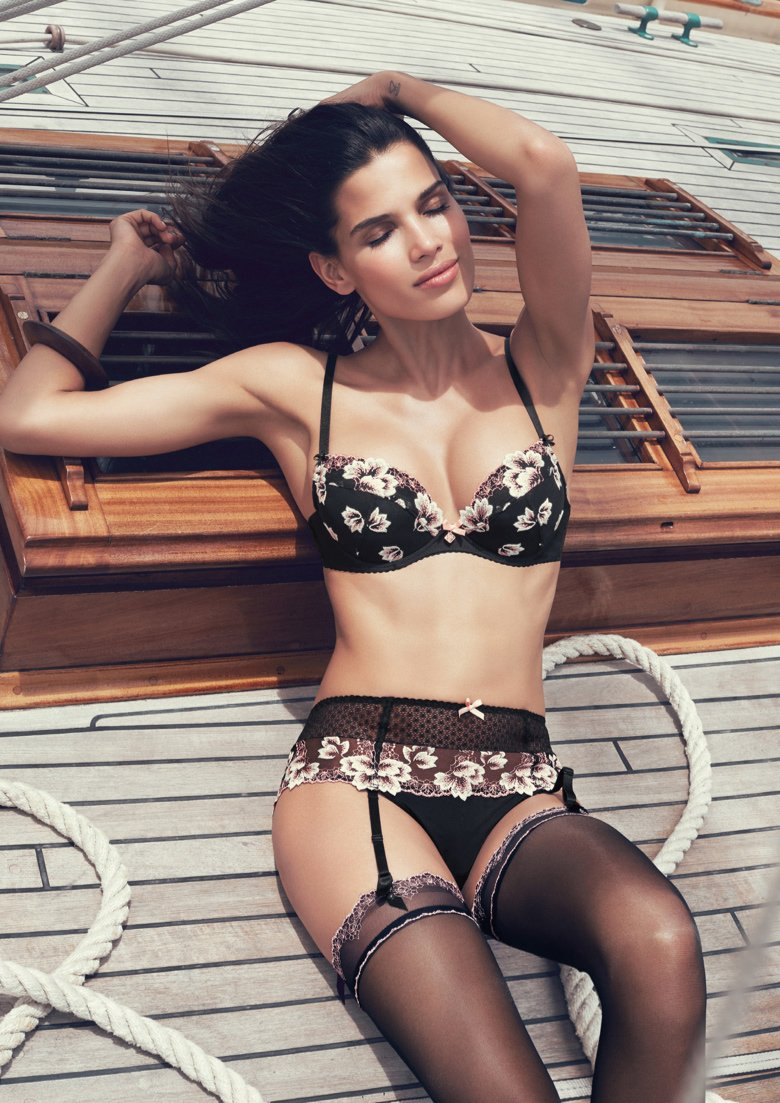 Raica Oliveira lingerie