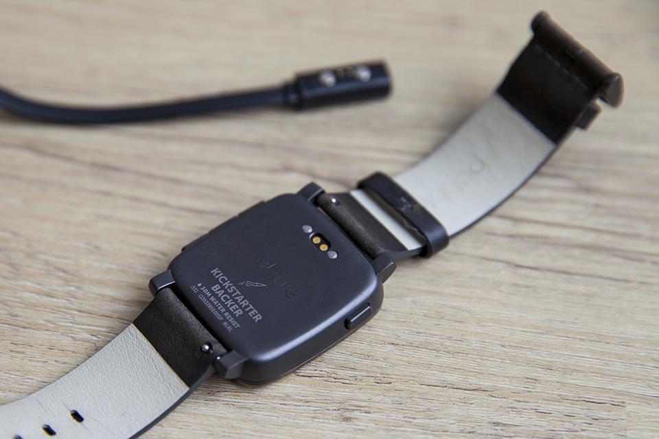 montre pebble smartwatch back kickstarter chargeur