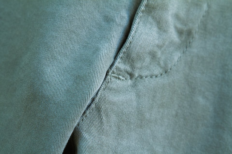 femeture details chino acolyte