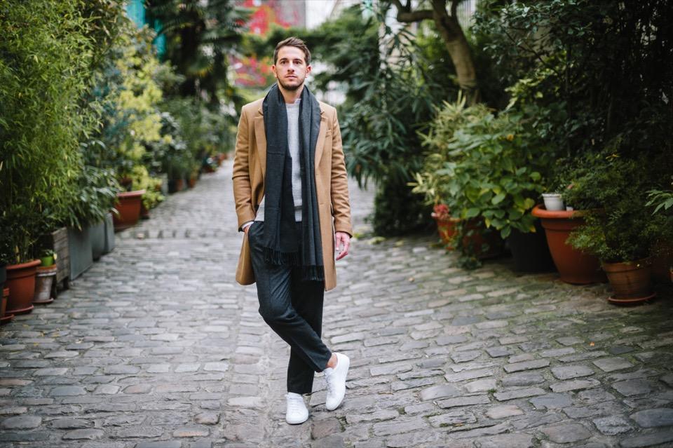 Look homme casual Manteau beige echarpe grise cachemire