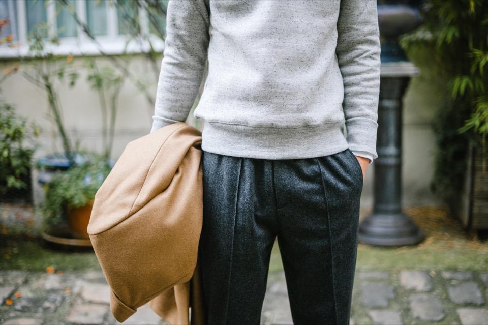 Pull Drapeau Noir Pantalon gris COS