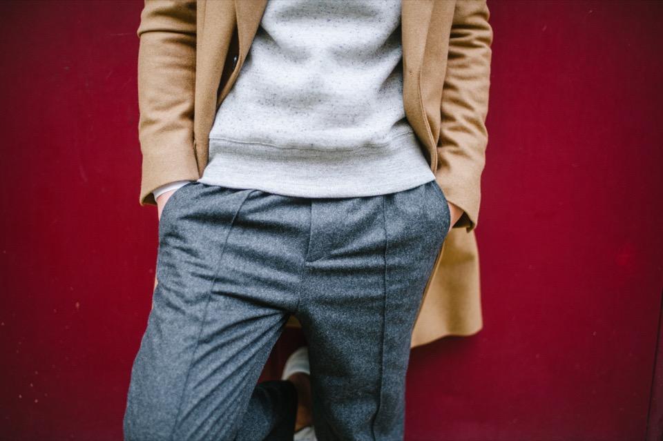 Sweater gris Drapeau noir Pantalon laine anthracite COS