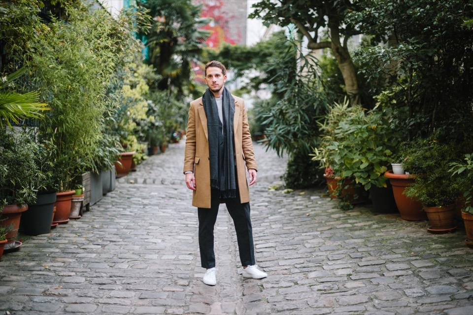 Tony Cite des figuiers look casual manteau beige