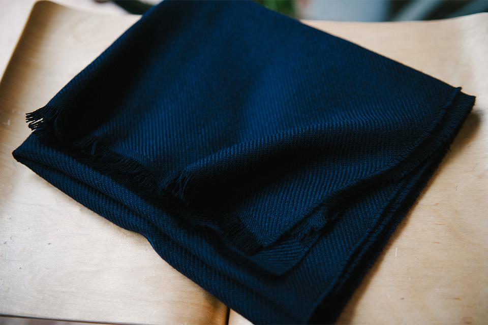 echarpe atelier particulier bleu fonce tabouret