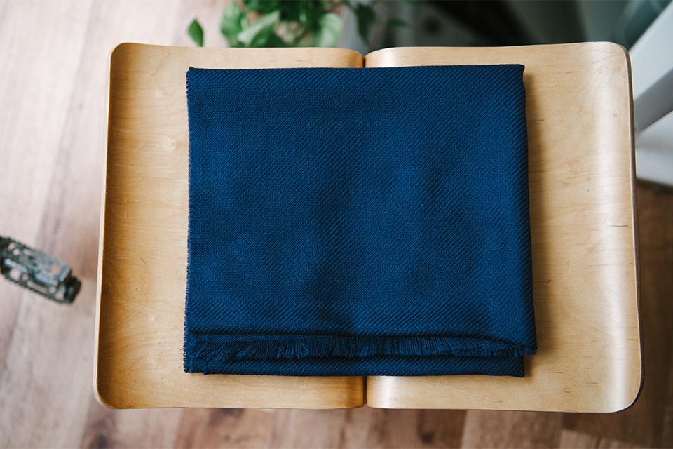 echarpe atelier particulier bleu marine tabouret