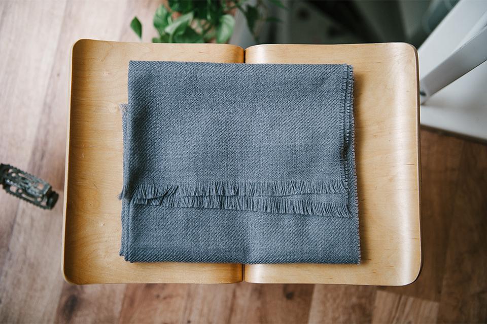 echarpe atelier particulier grise tabouret