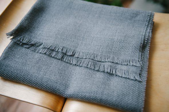 echarpe atelier particulier grise tabouret 2