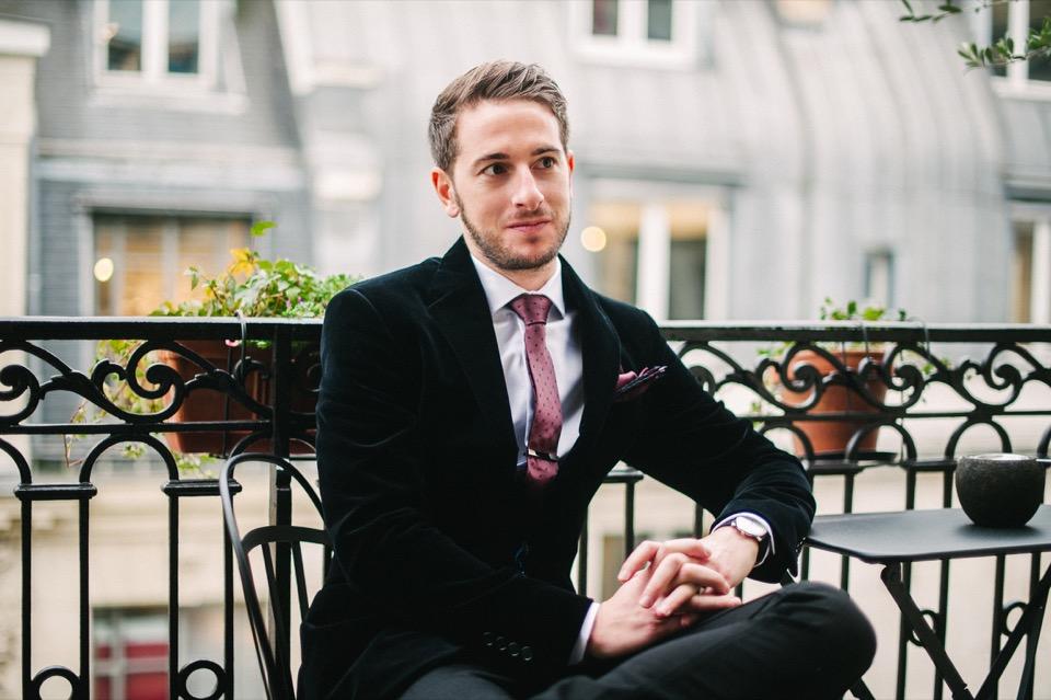 balcon paris look chic homme veste noir cravate rouge