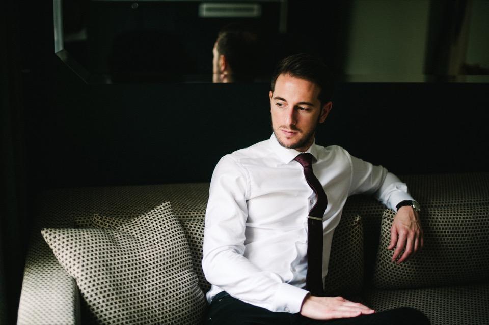chemise blanche cravate rouge pince cravate hotel paris chic
