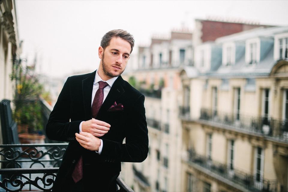 paris balcon look chic veste noir cravate rouge