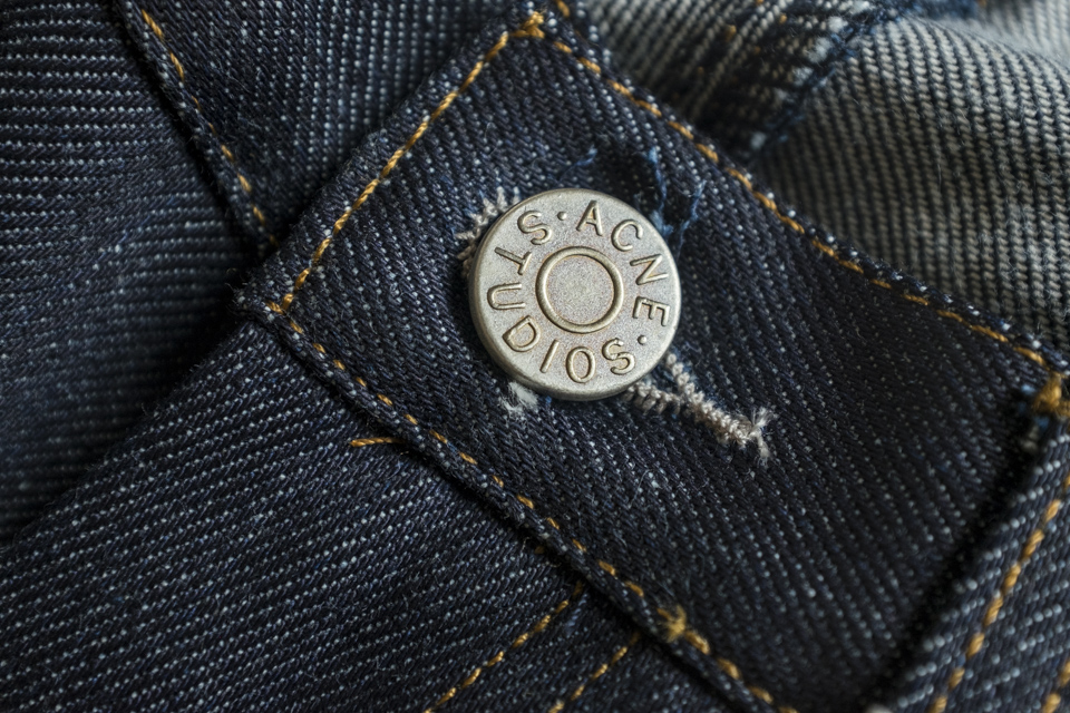 bouton acne jeans max