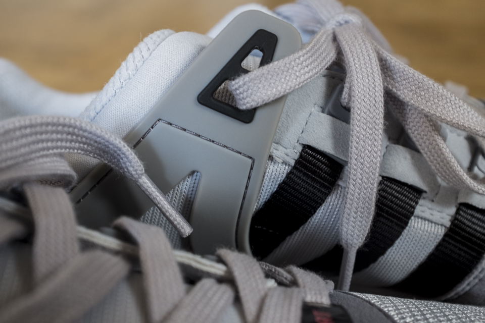 empiecement plastique oeillet adidas