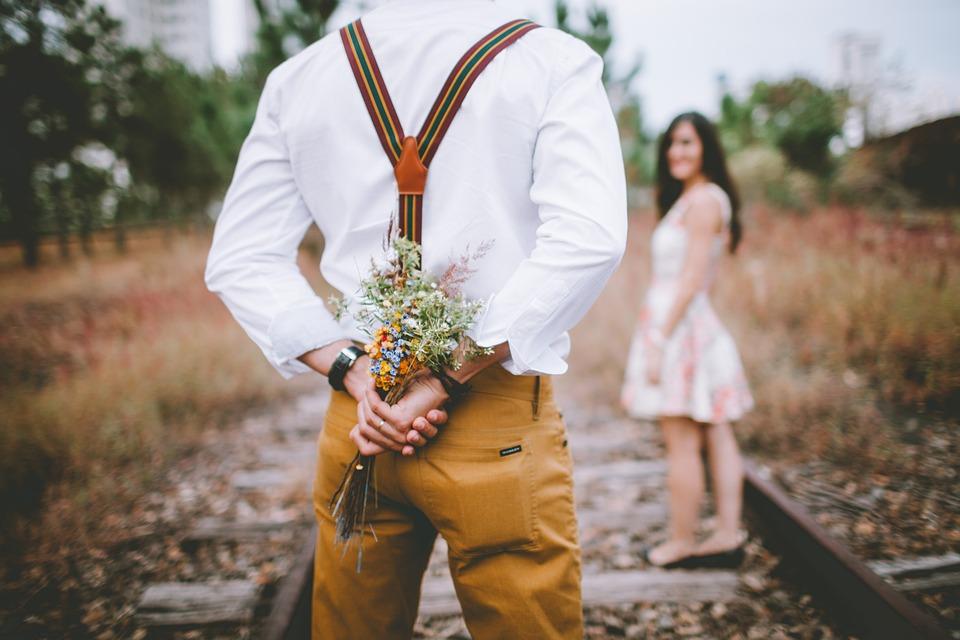 couple fleurs romantique adopte un mec