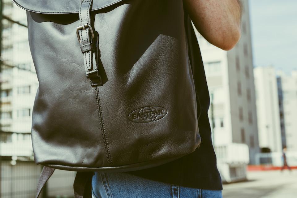 details sac a dos noir cuir eastpak