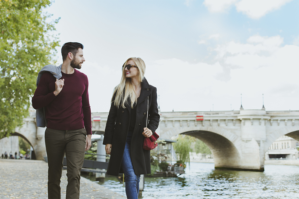 couple stroll quai de seine