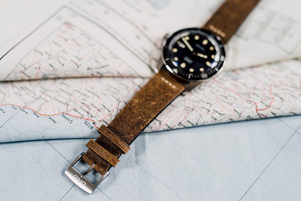 Montre Oris Divers Sixty Five 42mm bracelet cuir dessus