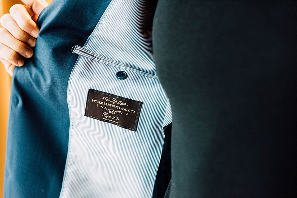 focus etiquette tissu costume bruce field